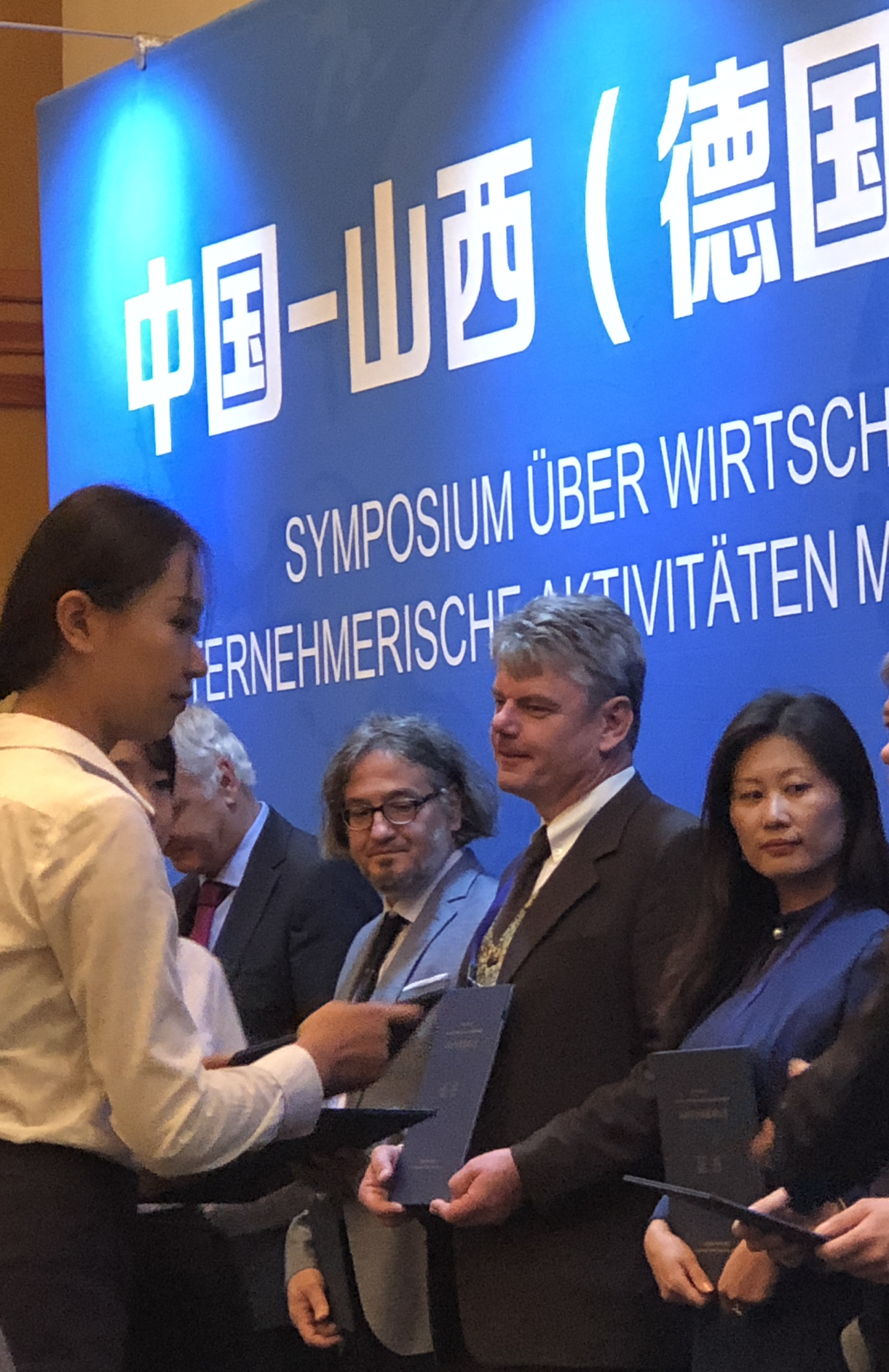 Handing over of the certificate to Andreas P. Fröba